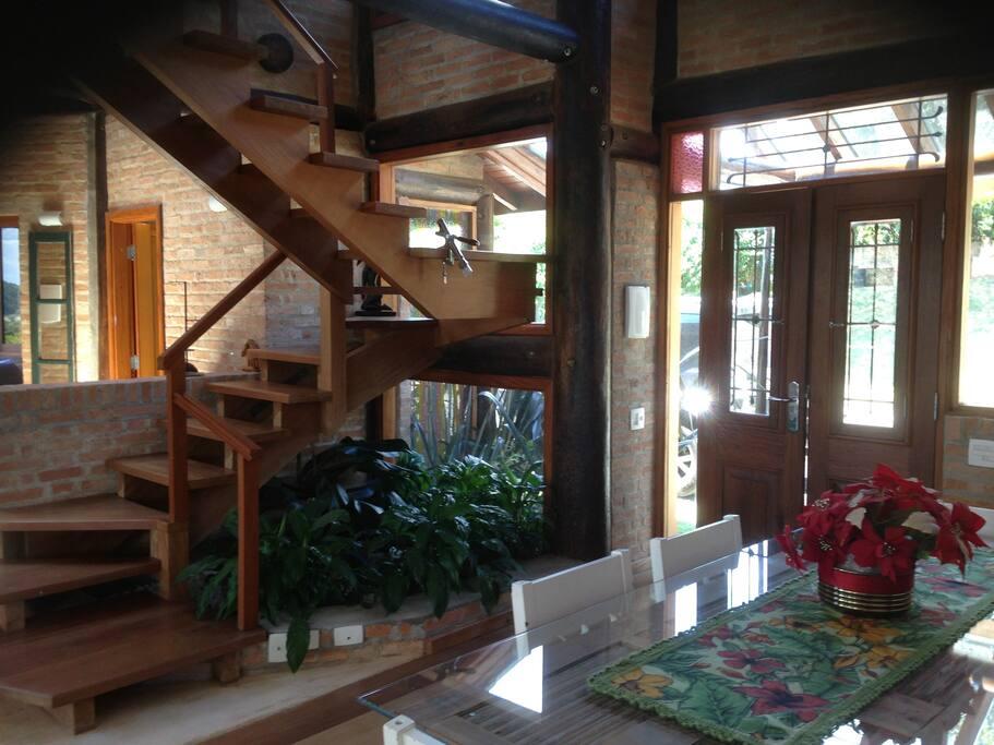 jardim interno e pé direito duplo na sala de jantar