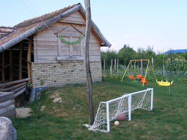 Old style hut - Laćarak - Capanna