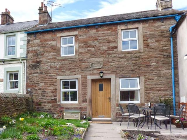 ROSE COTTAGE, pet friendly, with open fire in Lazonby, Ref 935004