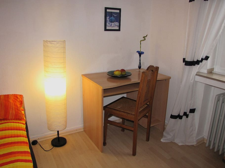 kleiner Schreibtisch für deinen Laptop