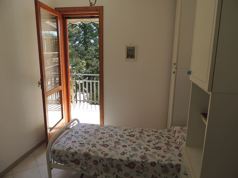 Stanzetta con 2 letti singoli Bedroom whit two separate beds