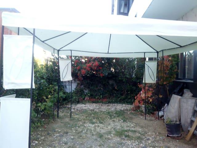 Habitación céntrica con jardín.