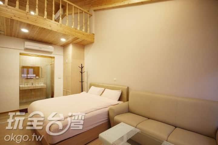 挑高樓中樓,可容納6~11人,合法民宿
