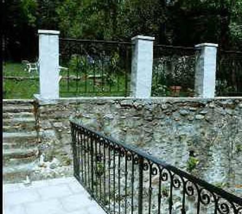 accès au jardin par la passerelle au dessus de la cour