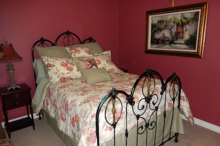 Victorian Charm: Std Full Bed Suite - San Marcos