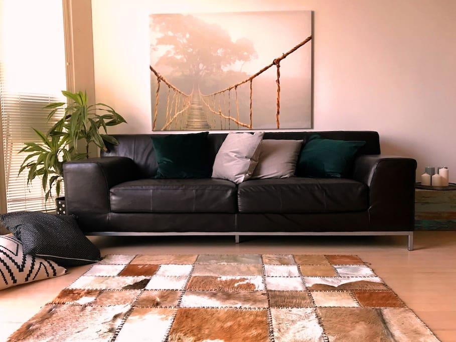 Útulný a příjemný obývací pokoj s kuchynským koutem a nádherným výhledem na Žižkovskou věž