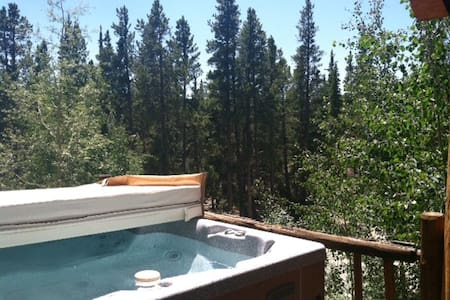 Amazing Mtn Log Cabin w Hot Tub!! Secluded, Quiet!