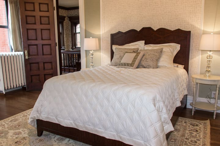The Cathedral Suite in B & B - Saint Paul - Bed & Breakfast
