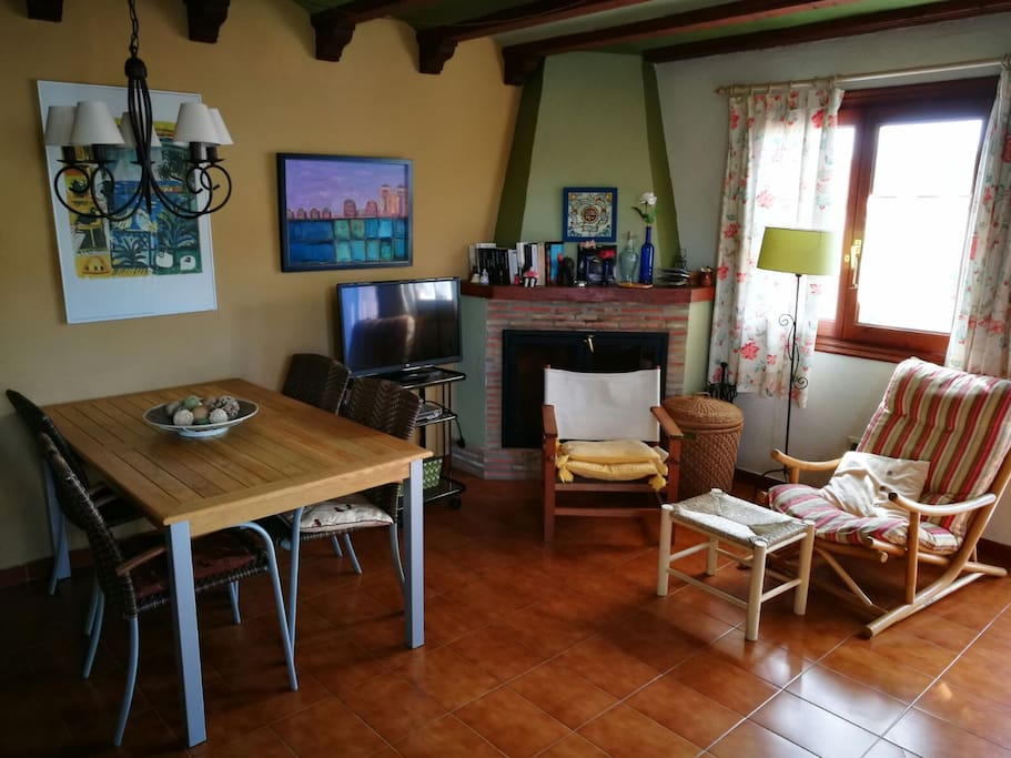Salón, TV y chimenea