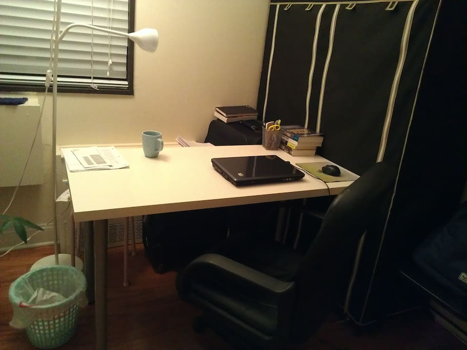 电脑桌和舒适转椅