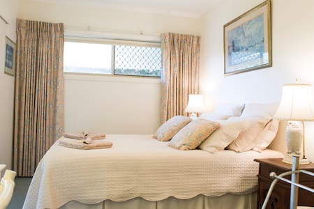 'The Guesthouse'  Broadbeach Waters - Bed & Breakfast