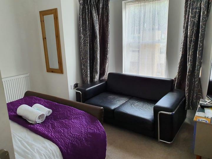 Bay window Stylish double room with sofa TV wifi
