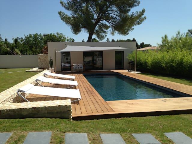 Avignon, dépendance avec piscine