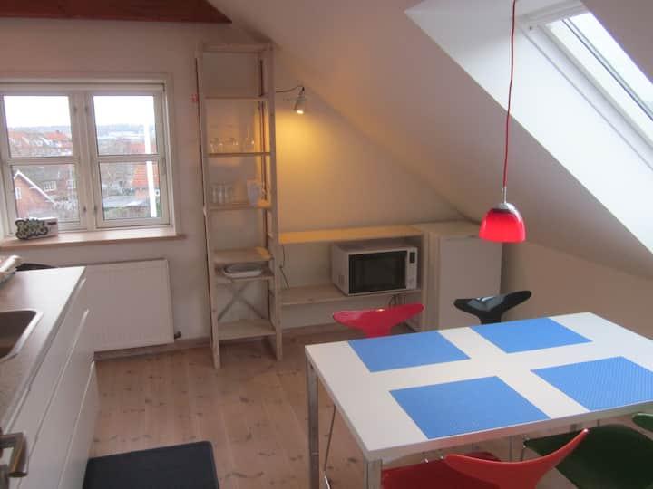 Lækre, lyse, møblerede værelser på overetage