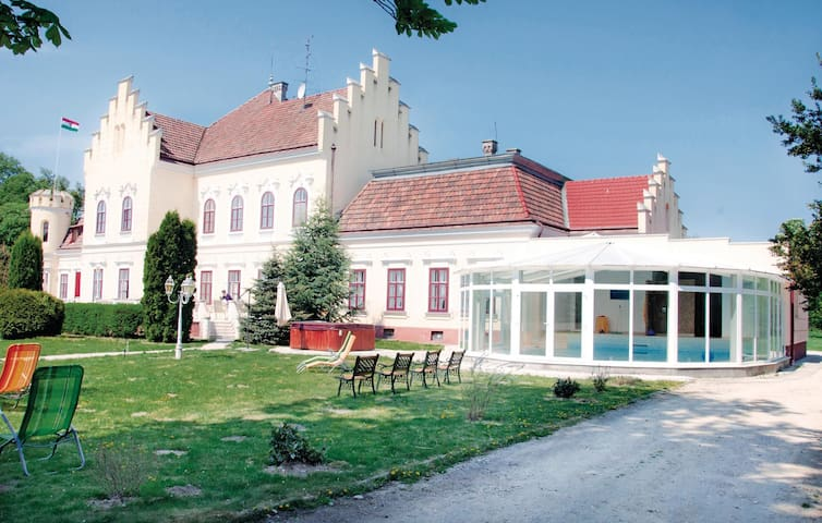 Holiday cottage with 9 bedrooms on 900 m²