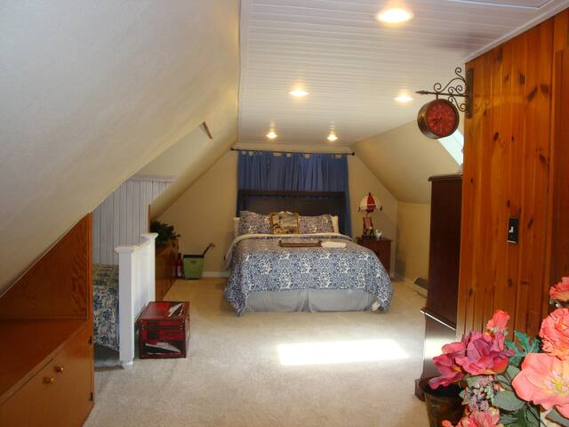 Charming Cottage - Private Beach - Benton Harbor - House