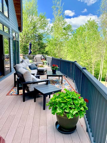 RE53: GORGEOUS DECK, HOT TUB AND AC!!!  Beautifully decorated home next to the slopes of Bretton Woods with amazing views of Mount Washington and large deck! Free resort shuttle, gas fireplace, free wifi, easy parking. Walk to slopes and swimming.