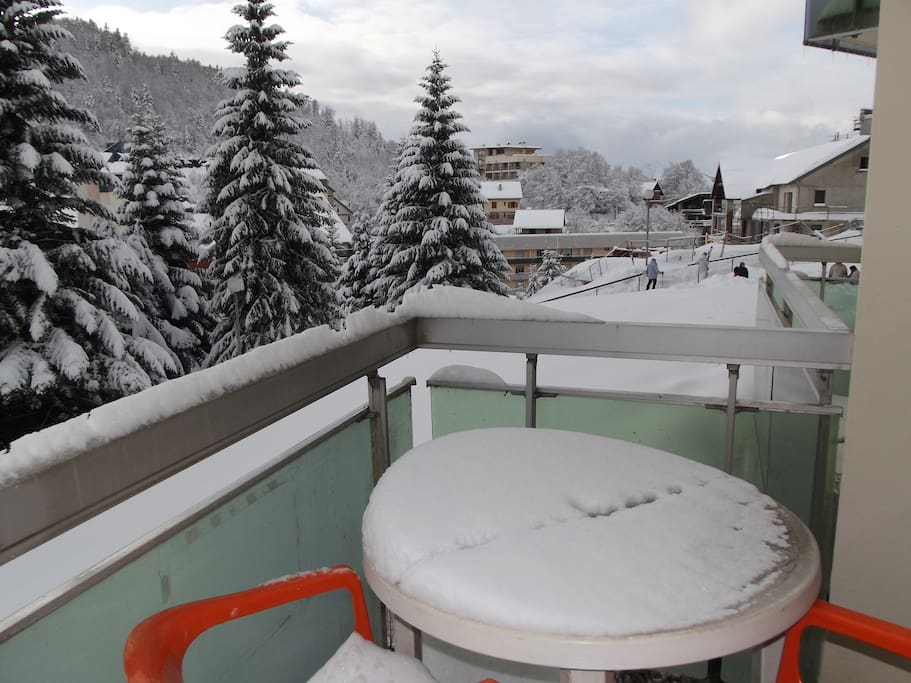 balcon avec mobilier extérieur et transat