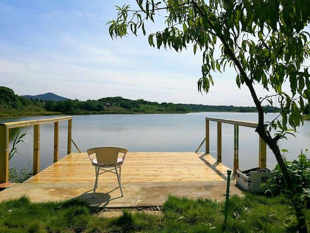 黄龙砚附近宁静的乡村,湖边,田园