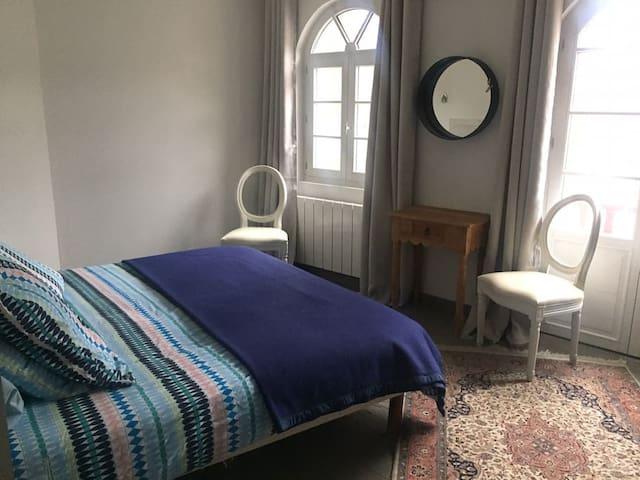 Chambre parentale, lit queen size (nous informer si vous souhaitez 2 lits simples au lieu d'un lit pour 2).