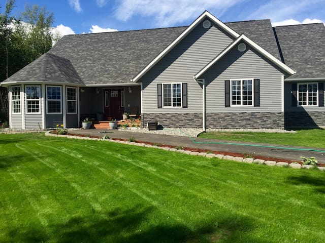 Upscale 4000SF Mat-Su Valley home - Wasilla - House