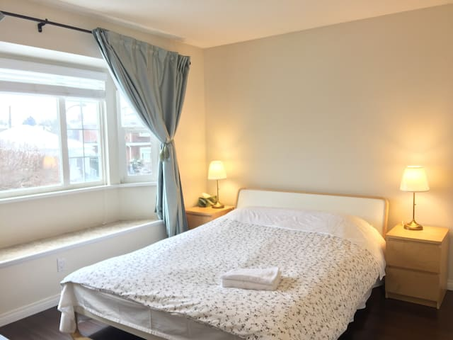 Spacious bedroom, quick access to DT & YVR