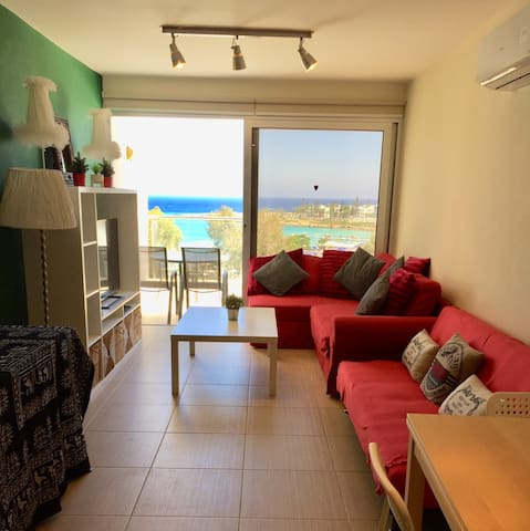 Seafront 2-bed apartment with swimming pool