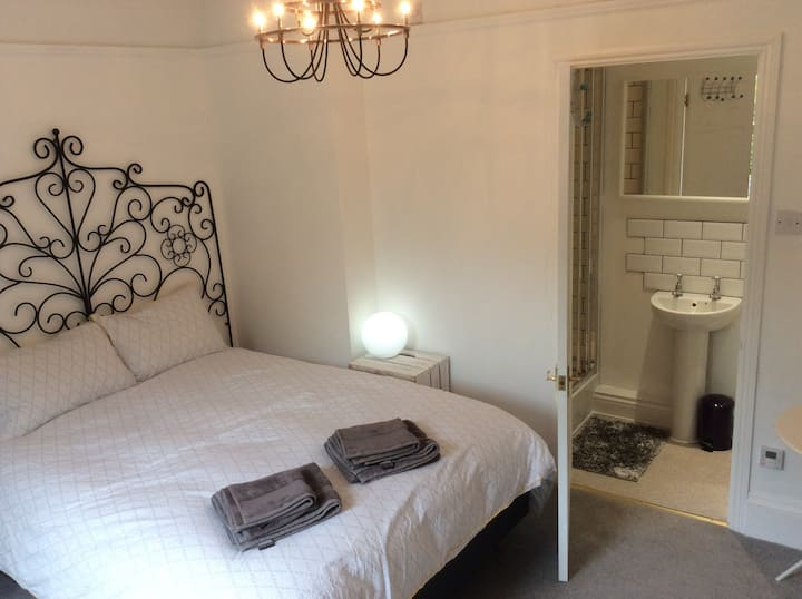 Lovely ensuite kingsize room near Painswick/Stroud