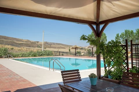 Gorgeous Holiday Home with Jacuzzi, Whirlpool, Pool, Garden