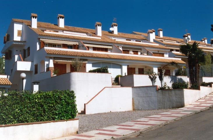 At 400m to the beach approximately. Private garden. Community swimming pool and tennis. Eq - Platja d'Aro - Appartement