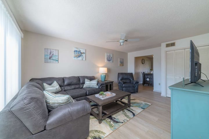 New Centrally Located 2-Level Living; In-Unit Laundry, Screened Lanai, Heated Pool & Hot Tub; WiFi