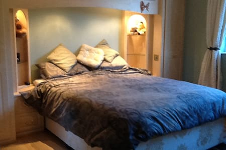 King size bedroom with en suite - Flaxby