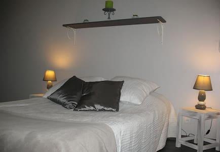 Esprit Garrigues - Chambre UZEGE - Pougnadoresse - Bed & Breakfast
