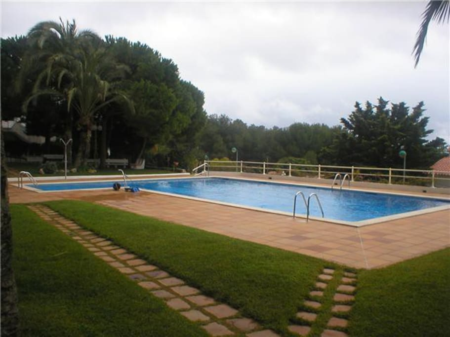 Sitges vistas a mar y piscina sal wohnungen zur miete in for Piscina sant pere de ribes