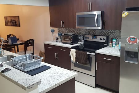 Private BR with tiki bar - Pembroke Pines