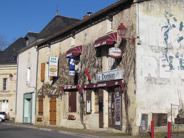 3 storey house, village location, sleeps 8 - Moncontour - Dům