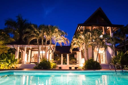 5 double Bedrooms , infinity pool, private beach