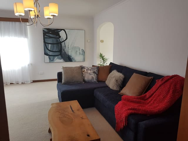 Townhouse : WIFI near LGH& Cafes sleeps 6