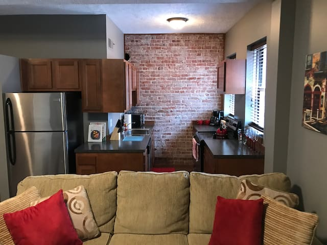 Cozy Downtown 2-Bedroom Loft Near Everything (#1)