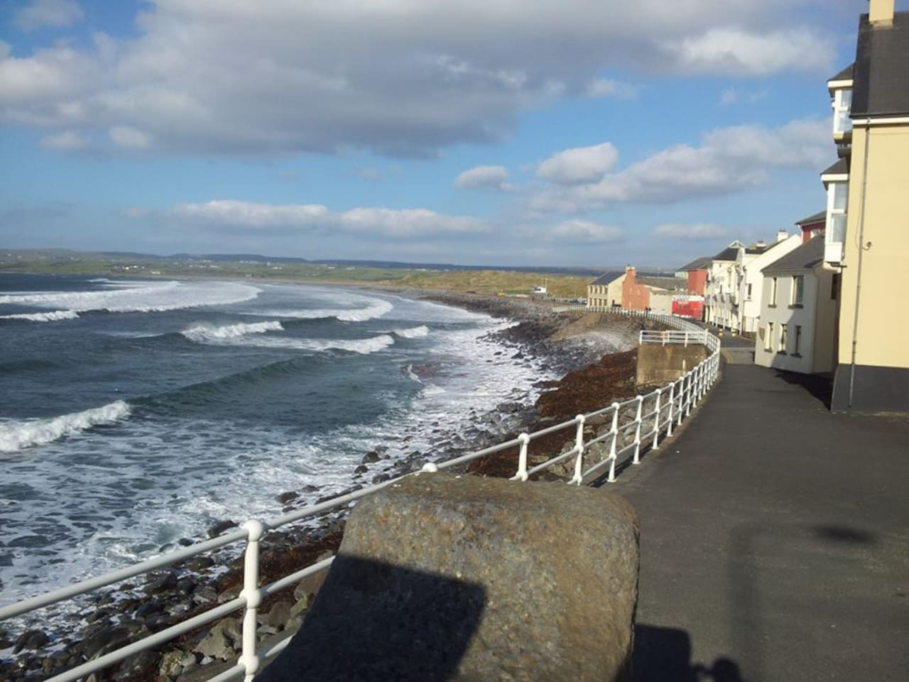 Lahinch Promenade - 4 minutes walk away