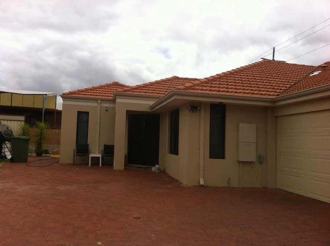 Nearly new house 5 min to airport - Cloverdale - House