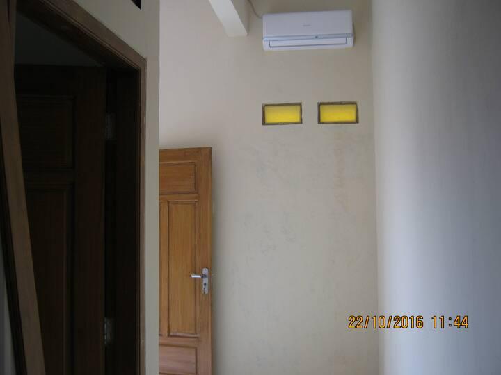 Kamar Kost Harian AC dan Wifi di Jombang