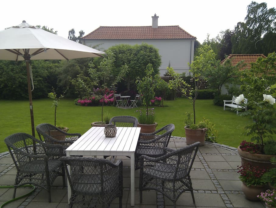 Direct acces from the kitchen to the deck. On the deck is 2 tables and one barbecue.