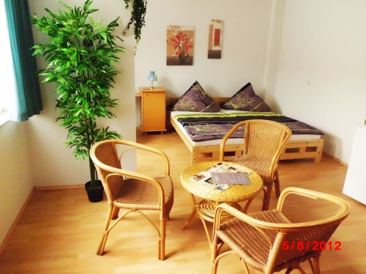 Studio mit Doppelbett und Sitzgruppe