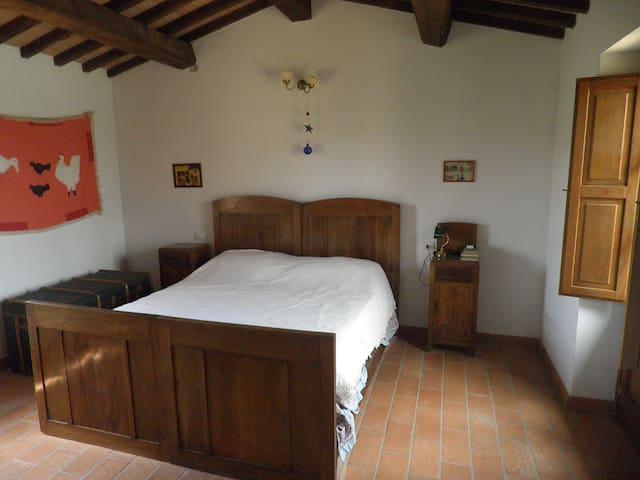 the main bedroom upstairs/camera da letto principale al piano superiore