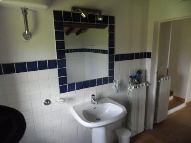 the bathroom upstairs/bagno al piano superiore