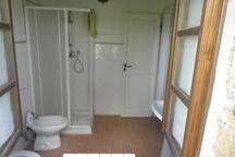 the downstairs bathroom/bagno al piano inferiore
