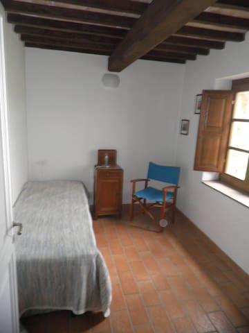 a little room/cameretta al piano inferiore