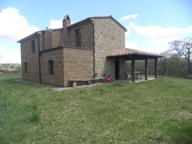 a view of the house with the terrace/un'altra vista della casa col terrazzo