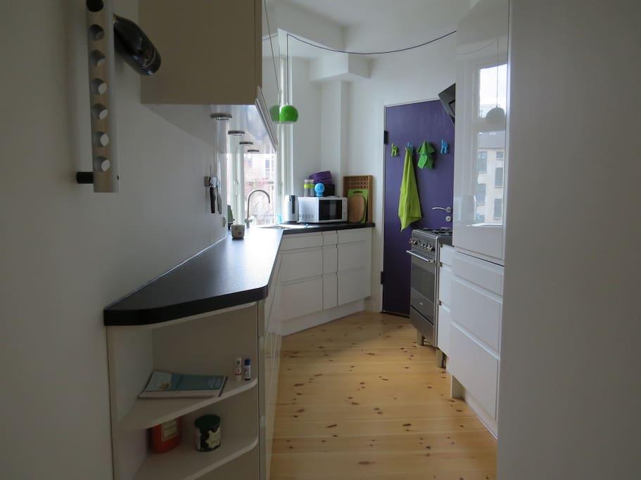 Køkkenet i dagslys.